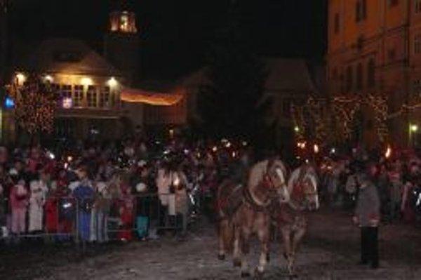 Stromček na trenčianskom námestí rozsvietil Mikuláš v nedeľu 5.decembra večer.