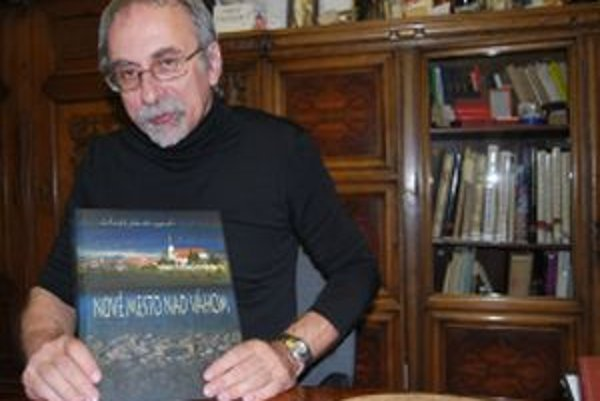 Zostavovateľom monografie o Novom Meste nad Váhom je Jozef Karlík