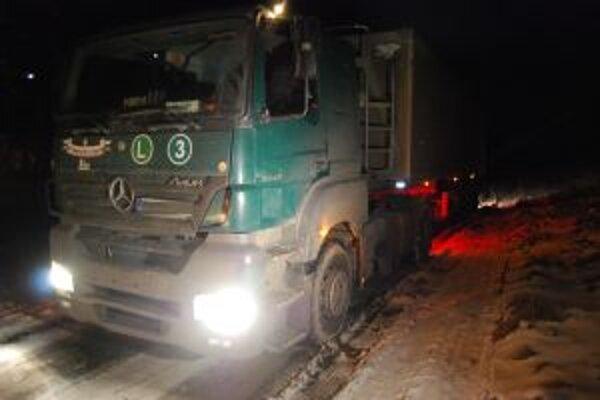 Na bočnej ceste zapadlo do rozmoknutej krajnice niekoľko kamiónov.