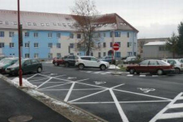 Nemocnica má k dispozícii 230 parkovacích miest