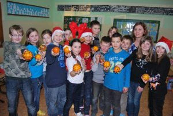 Novomestskí školáci prerobili pomaranče na vianočné ozdoby.