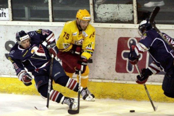 Zľava: Martin Kalináč (HC Slovan Bratislava) a Slavomír Tomko (Dukla Trenčín) počas 15. kola Slovnaft extraligy: HC Slovan Bratislava - Dukla Trenčín