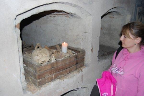 V krypte na severnej strane sa nachádza množstvo kostrových pozostatkov i častí lebiek.