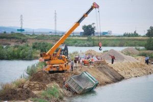 Pravá časť nákladného auta skončila pod vodnou hladinou