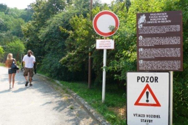 Turisti merajú cestu na Beckovský hrad zbytočne. Zatvorený pre rekonštrukciu by mal byť do roku 2012.