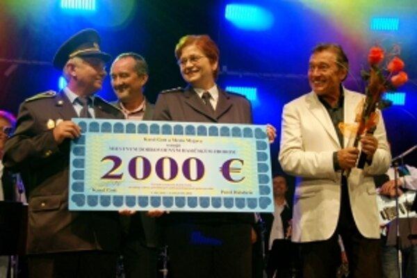 Po koncerte odovzdal Karel Gott symbolický šek dobrovoľným hasičom na nákup techniky.