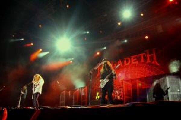 Headliner festivalu kapela Megadeth požadovali vlastnú minišatňu priamo na pódiu pre speváka Davea Mustaina, do autobusu 22 kusov pizze a dvoje kuracie prsia s ryžou.