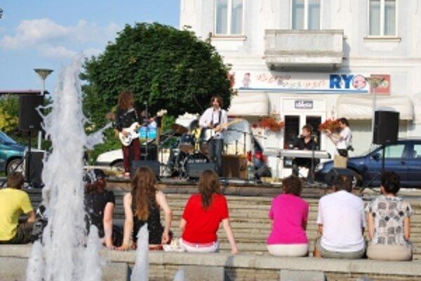 Koncerty pri fontáne a leto s hudbou pripravili aj tento rok v Novom Meste nad Váhom.