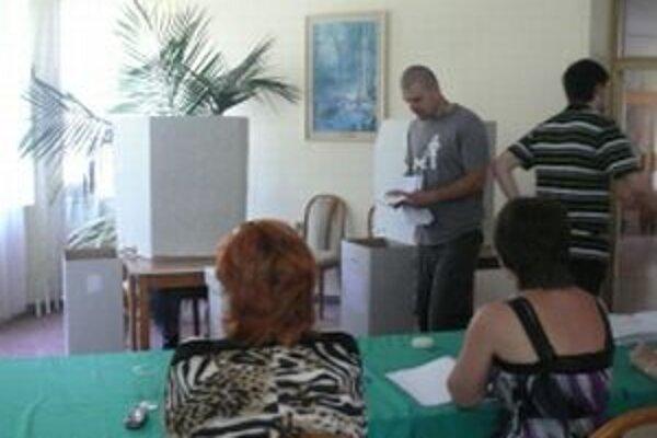Vo volebných miestnostiach v Starej Turej bolo okolo obeda rušno