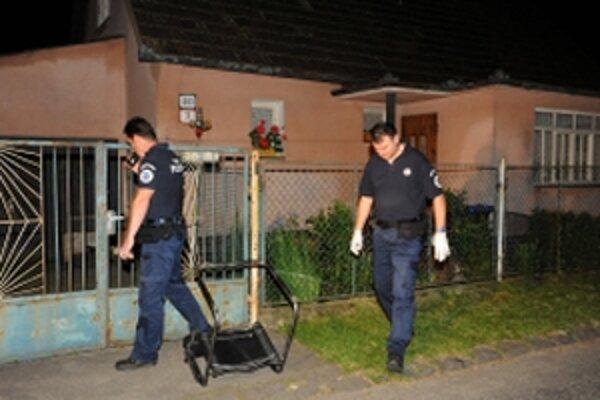 Muž postrelil päticu obyvateľov z miestnej rómskej komunity na Okružnej ulici v Dubnici nad Váhom