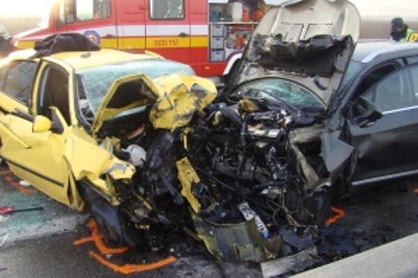 Posádka auta, ktoré vošlo do protismeru, je mŕtva