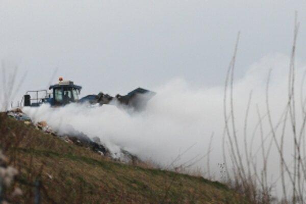 Požiar jedinej skládky komunálneho odpadu pre okresy Trenčín, Považská Bystrica, Púchov a Ilava likvidujú dubnickí hasiči.