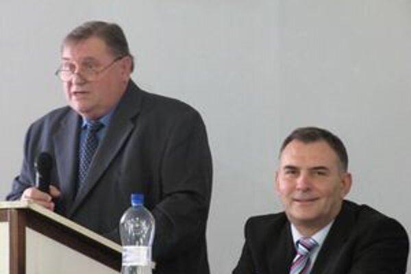 Novo zvolený predseda Oblastného futbalového zväzu Jozef Pecho (vľavo)