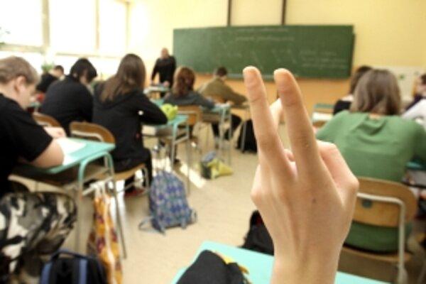 Ak prezident podpíše zákon, žiakom budú v školách od 1. apríla každý pondelok púšťať štátnu hymnu