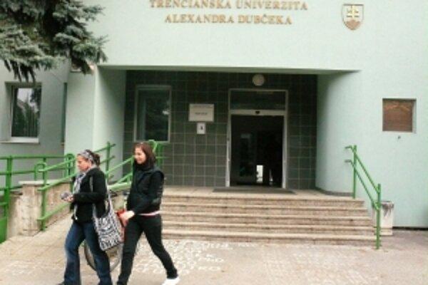 Univerzita čelí škandálom od októbra.