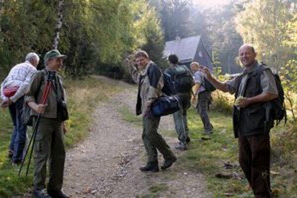 Skupina turistov z regiónu odchádza na pochod.