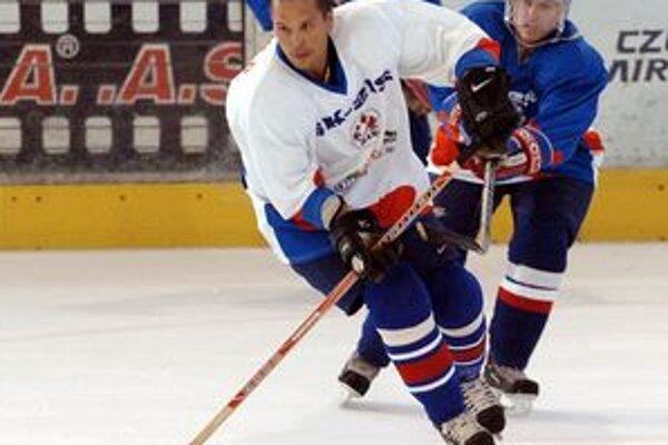 Bývalý hokejista Dukly Trenčín a slovenskej hokejovej reprezentácie, dnes skaut Los Angeles Kings Otto Haščák z Trenčína si ešte rekreačne zahrá hokej.