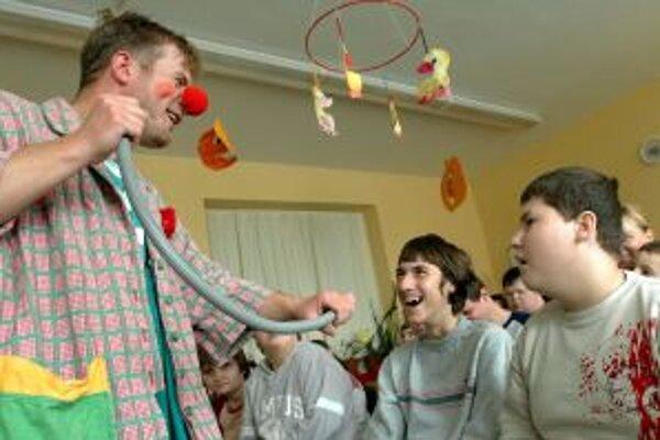 Klauni hrajú predstavenia pre deti už sedem rokov.