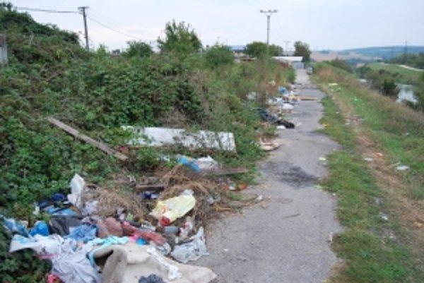 Napriek snahe mesta odpad na čiernej skládke neustále pribúda.