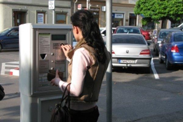Od 1. októbra sa v Trenčíne na parkoviskách opäť platí.
