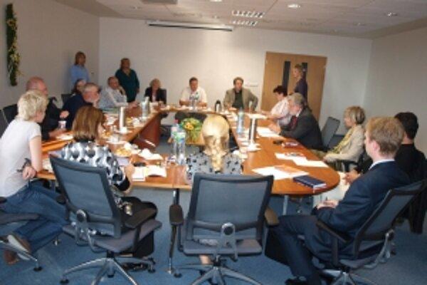 Volebná komisia Trenčianskeho samosprávneho kraja má deväť členov.