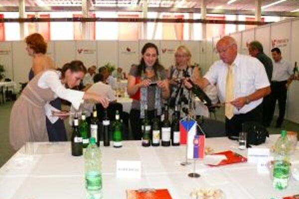Viac ako 450 vzoriek vin degustovali porotcovia. Vína budú môcť ochutnať návštevníci piateho ročníka výstavy Vinum Laugaruicio v decembri v Trenčíne.