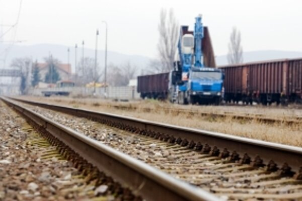 Modernizácia železnice na úseku Tr.Teplá - Beluša má trvať štyri a pol roka.