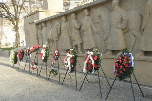 Vence k Pomníku padlým položili účastníci spomienkovej slávnosti pri príležitosti oslobodenia Prievidze.