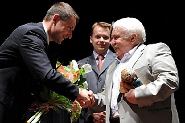 Cenu odovzdal Mariánovi Labudovi primátor Trenčianskych Teplíc Štefan Škultéty.