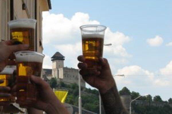 Zákaz pitia alkoholu neplatí na mestom organizovaných alebo povolených verejných akciách.