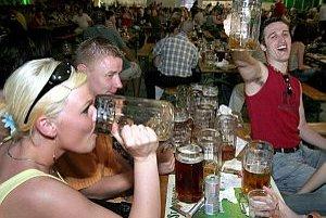 Na verejnosti chcú pitie zakázať