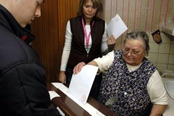 K dôchodcom prišli s prenosnou volebnou urnou