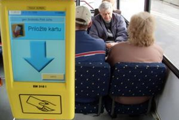 V autobusoch MHD v Trenčíne sa už nastupuje všetkými dverami.