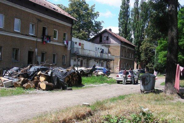 Bratislavská ulica sa vinie paralelne s hlavnou železničnou traťou Bratislava - Košice. Desaťročia je domovom rómskej komunity v Žiline.