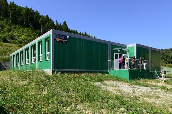 Na snímke kontajnerová škola v Chminianskych Jakubovanoch pri Prešove. V septembri 2013 do novej školy nastúpilo 160 rómskych žiakov.