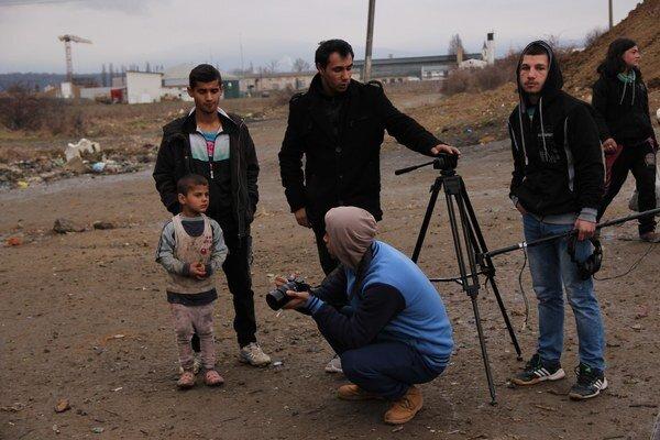 Tím fotografov a filmárov okolo Karola Horvátha dokumentuje život Rómov z geta.