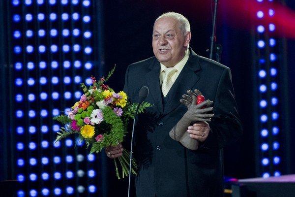 Jozef Gurguľ s ocenením v kategórii čin roka počas 6. ročníka slávnostného udeľovania ocenení Roma Spirit 2014.