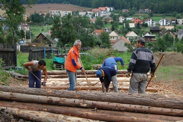V povodňami ohrozených oblastiach východného Slovenska postavili 100 000 objektov. Pracovali tu aj Rómovia.