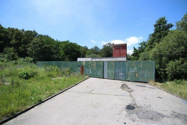 Kotolňa na Luniku IX. Komín a opotrebovanú technológiu chráni vysoký plot.