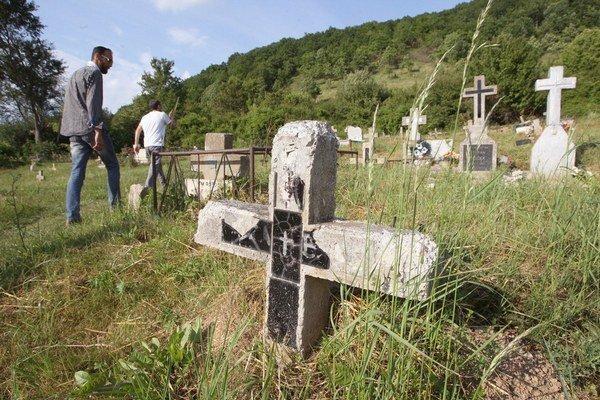Jediný oficiálny rómsky cintorín na Slovensku v Podskalke pri Humennom.