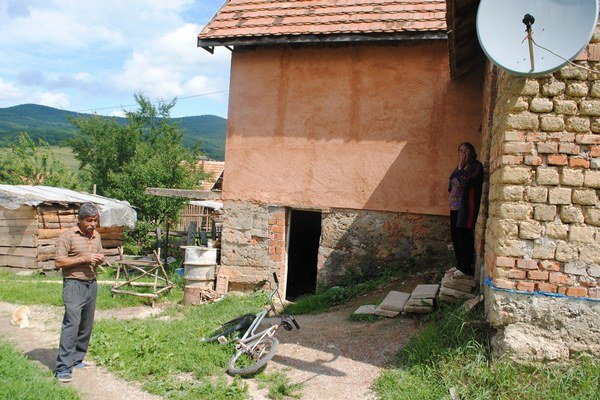 Manželia Darvašovci pred domom, ktorý postavili na cudzom pozemku.