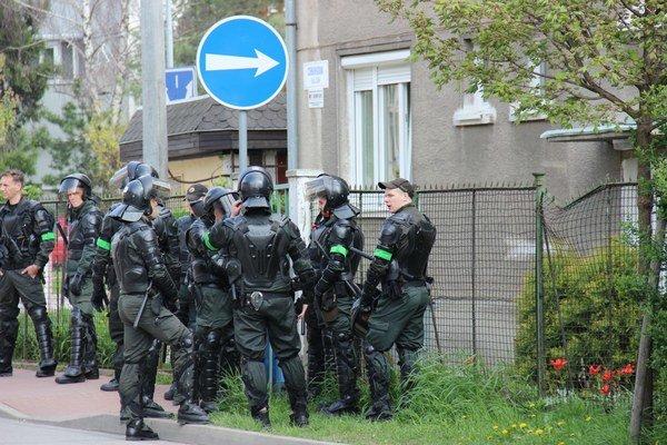 Polícia radikálov k Rómom nepustila.