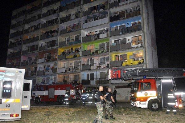 Jeden z požiarov. Na poriadok i pokoj pre hasičov dozerá polícia.
