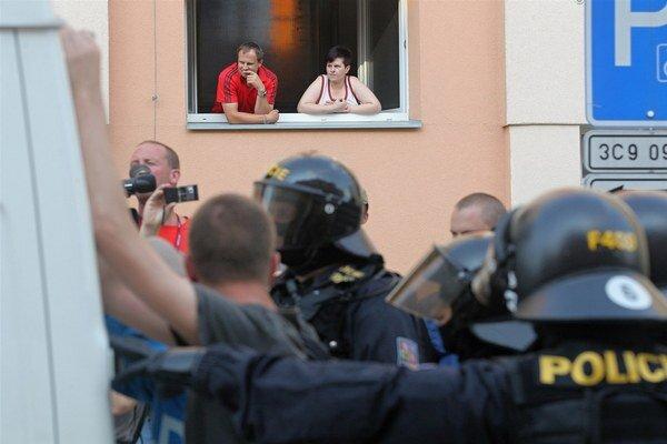 Obyvatelia sídliska Máj sledujú zásah polície proti radikálom.