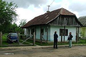 Ošarpaný dom a jeho majiteľ, severovýchodné Maďarsko, 2006. V severovýchodnej časti krajiny vznikli v uplynulých desaťročiach v dôsledku zlej infraštruktúry, úpadku socialistických závodov a odlivu lepšie situovaných občanov ostrovy chudoby, z ktorých