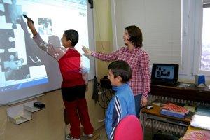 Základná škola Jánošovka v Čiernom Balog 2Učiteľka Mária Budovcová využíva pri výchove a vzdelávaní interaktívnu tabuľu.
