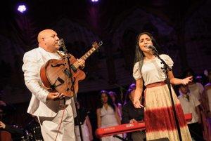 Hudobník Dežo Dužda a speváčka zo  zboru Čhavorenge počas koncertu s Idou Kelarovou a filharmonikmi v rómskej osade.