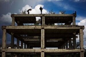 Železobetónový skelet bývalej administratívnej budovy JRD. FOTO SME - VLADIMÍR ŠIMÍČEK