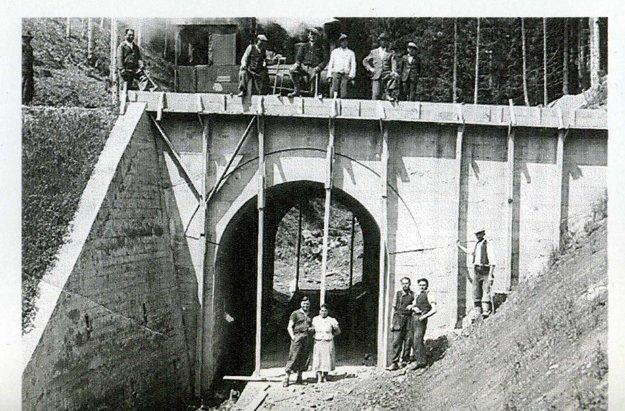 Množstvo mostov a tunelov. Tým bola charakteristická celá trať.