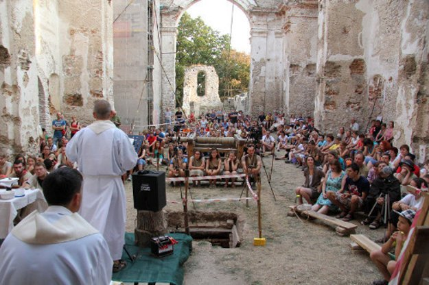 Počas minuloročnej Noci hradov a zrúcanín bolo na sv. omši asi 500 návštevníkov a priaznivcov Katarínky.